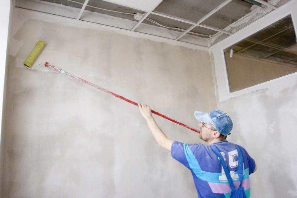 Перед нанесением мозаичной краски необходимо загрунтовать стены
