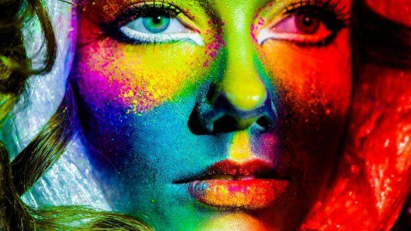 Рисунок на лице сухими красками
