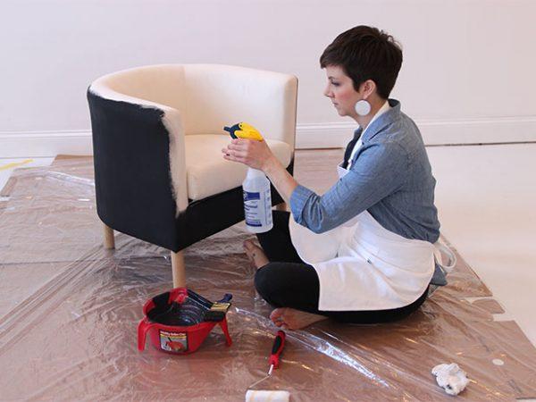 Смочить обивку кресла