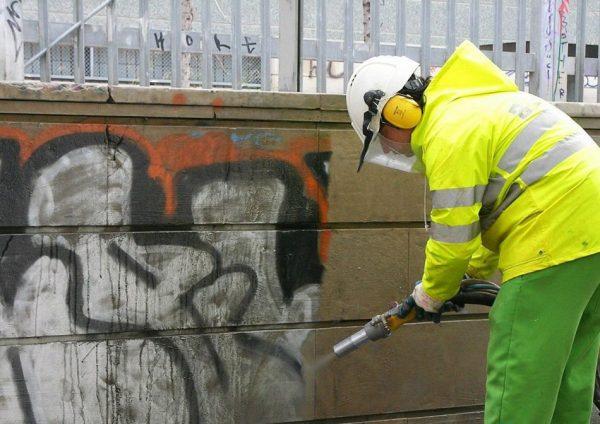 Удаление граффити со стены