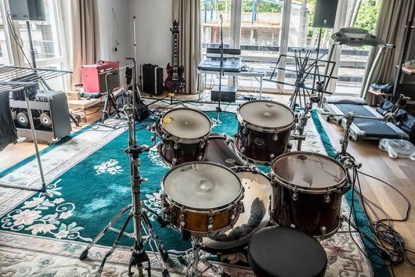 Ударная установка в персональной студии певца