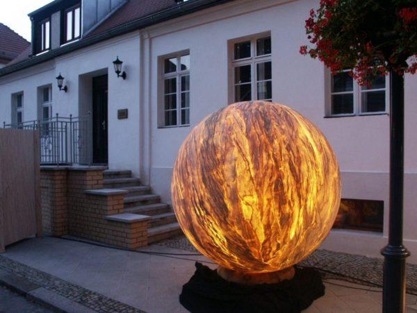Уличный светильник из гибкого камня