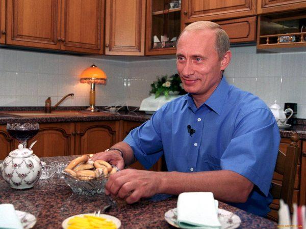 Владимир Путин в своей квартире в Санкт-Петербурге