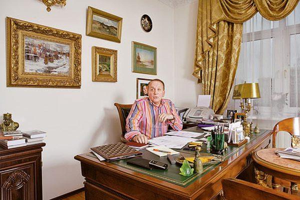 Александ Масляков в своем кабинете в квартире