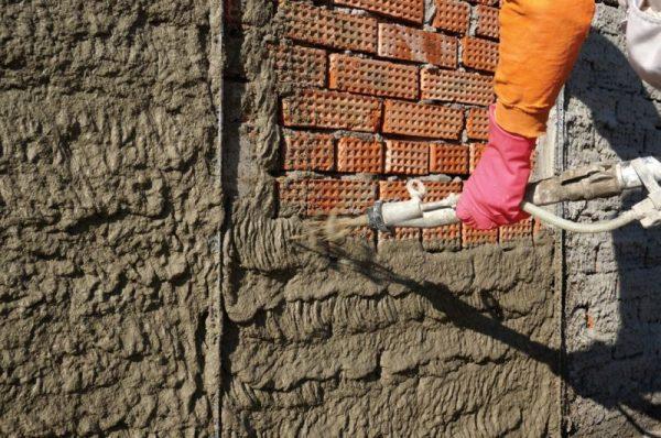 Нанесение штукатурного раствора на стену обрызгом