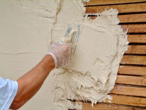 Нанесение гипсовой штукатурки на деревянную стену