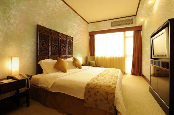 Декоративное покрытие стен с эффектом шелка в спальной комнате