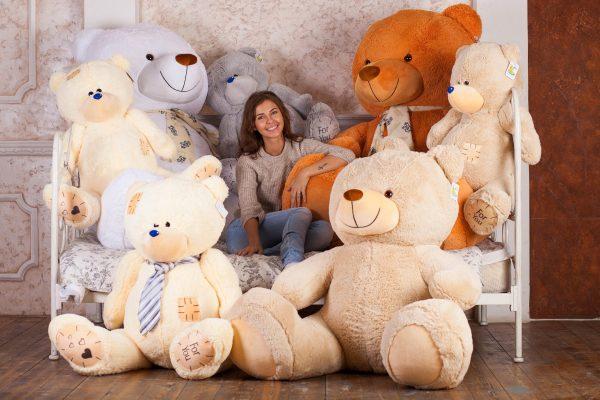 Девушка в окружении плюшевых медведей