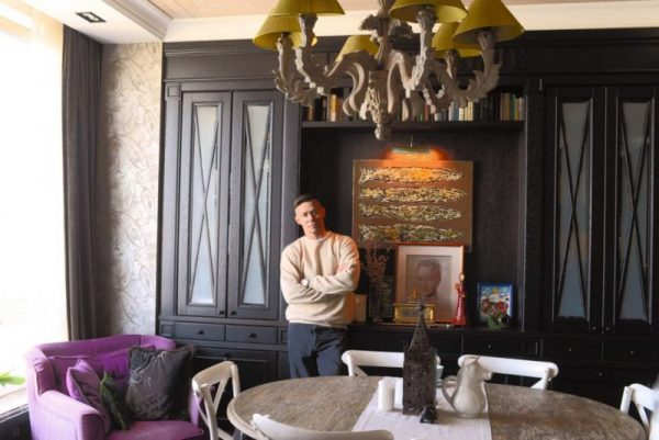 Люстра в ретро-стиле в гостиной Стаса Пьехи