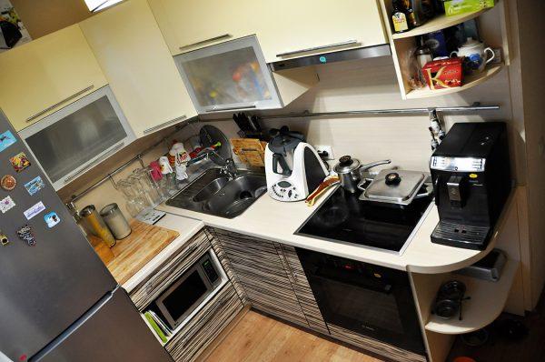 Дорогая техника нелепо смотрится в тесной кухне