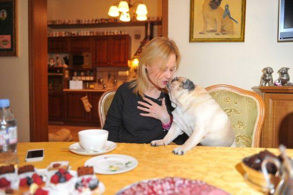 Дарья Донцова на кухне за столом