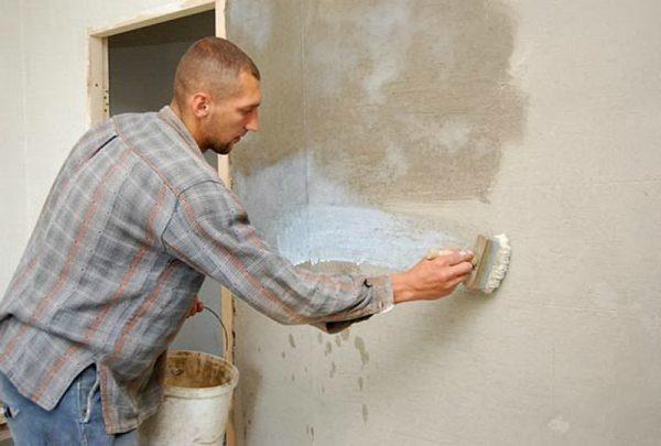 Грунтование стен для улучшения адгезии