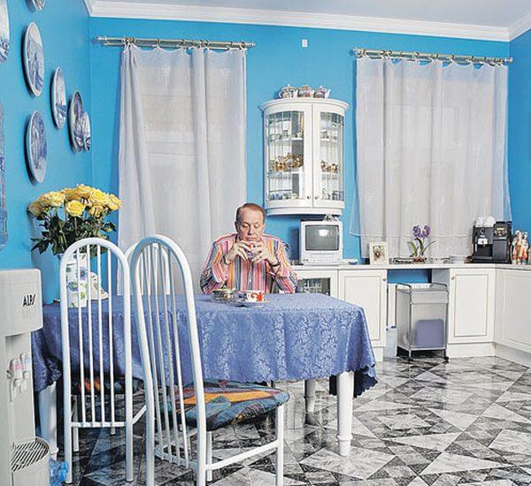 Кухня оформлена в бело-голубых тонах