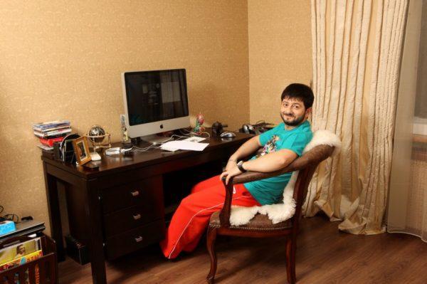 Михаил Галустян в своей квартире
