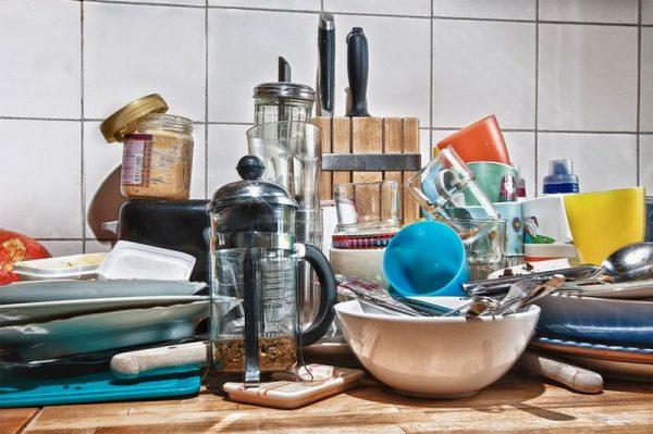 Ненужная посуда и принадлежности на кухне