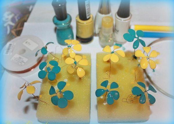 Разноцветные цветочки для колье из проволоки и лака