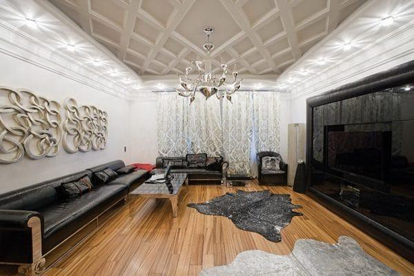 Потолок с ромбовидными узорами в гостиной