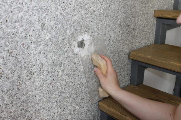 Ремонт поврежденного участка покрытия из шелковой штукатурки