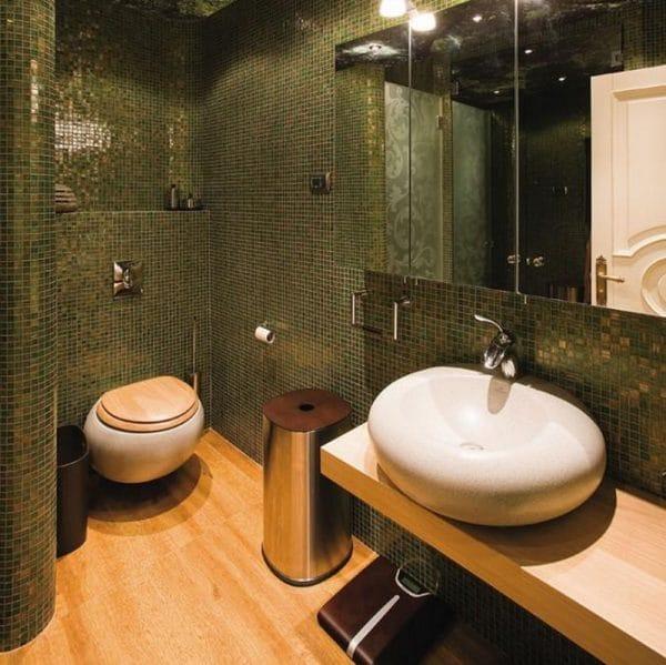 Стены в ванной комнате отделаны смальтой