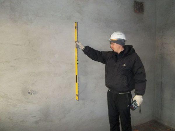 Контроль качества штукатурных работ - проверка ровности стен