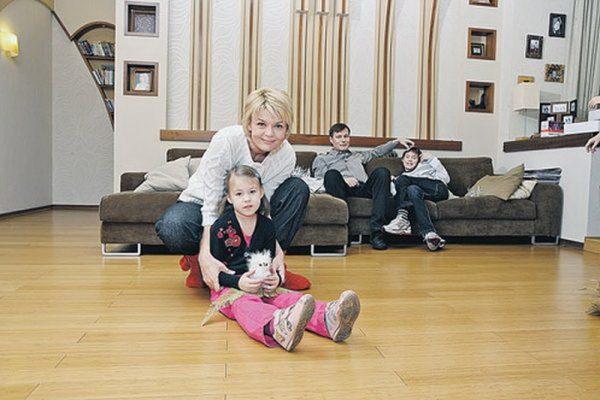 В гостиной с мужем и детьми