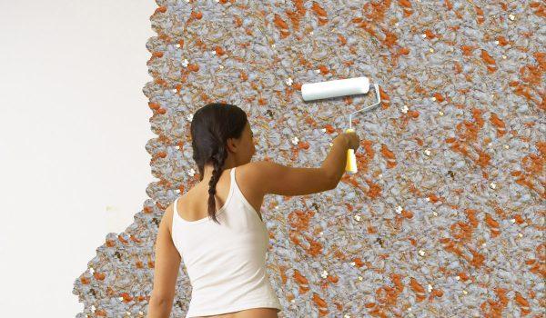 Валик может использоваться для разглаживания шелковой штукатурки