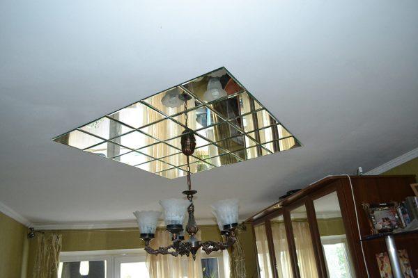 Зеркальный потолок не всегда смотрится уместно