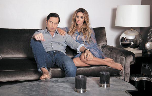 Александр с женой в гостиной собственного дома
