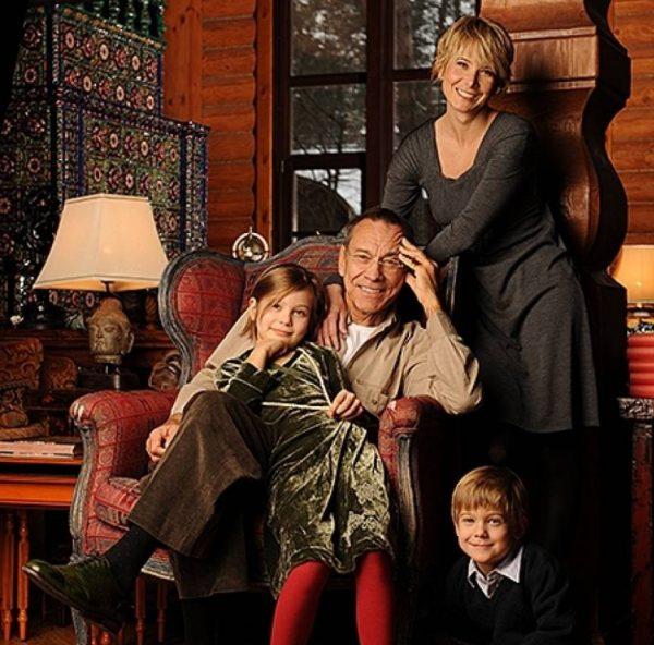 Андрей Кончаловский с женой и детьми в своем доме