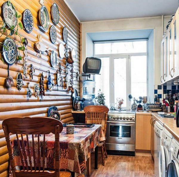 Бревенчатая стена в кухне Смолякова