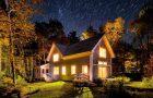 Красивый дачный домик ночью