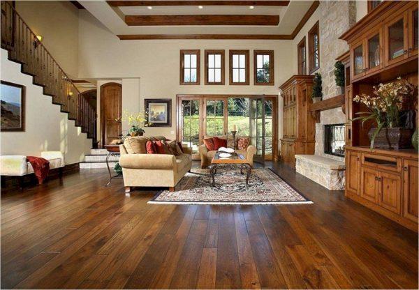 Деревянная мебель и массивный паркет в гостиной