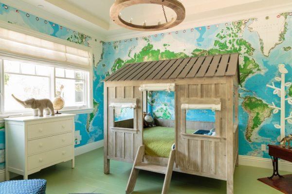 Деревянный домик-кроватка в детской