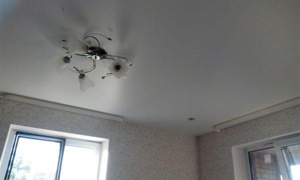 Для небольших помещений лучше подходят однотонные потолки светлых оттенков