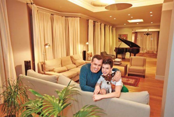 Игоря Верник с сыном Гришей в своей столичной квартире