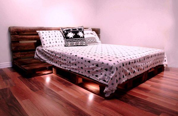 Двуспальная кровать из паллет с изголовьем