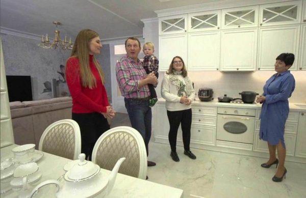 Эффектная белоснежная кухня в квартире Башарова