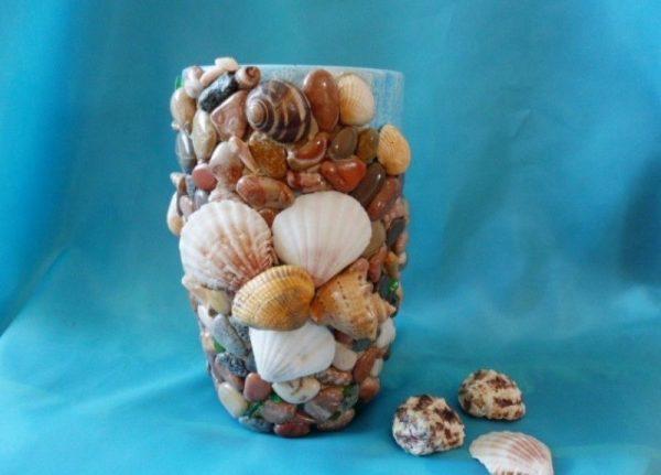 Декор ваз морскими камнями