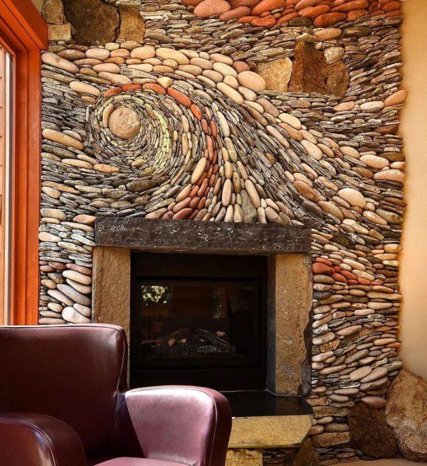 Декорированная камнем стена в гостиной