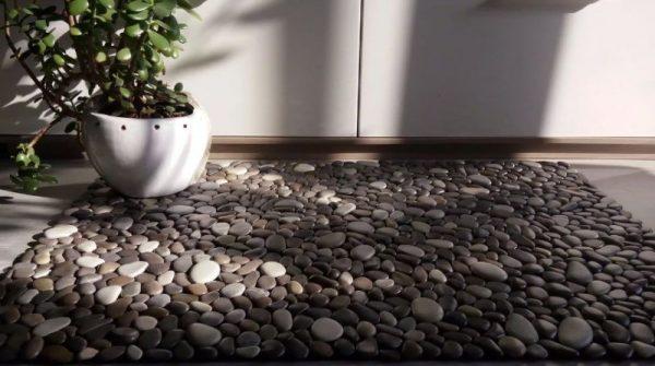 Декорированный камнем пол в спальне