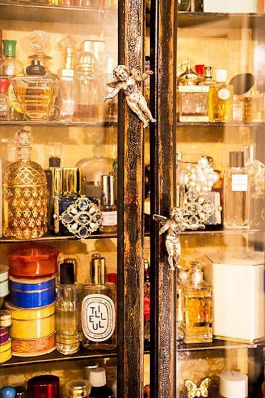 Парфюмерный шкаф в квартире Литвиновой с ручками ангелов