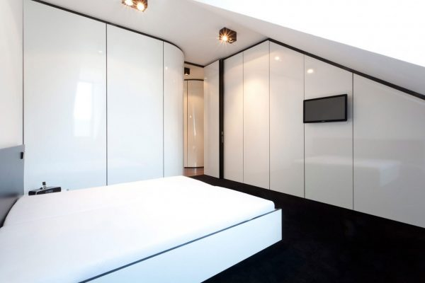Глянцевые блестящие поверхности визуально расширяют пространство помещения