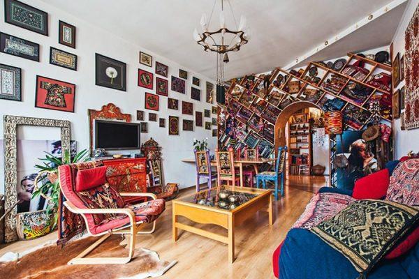 Гостиная в квартире оформлена в этно-стиле
