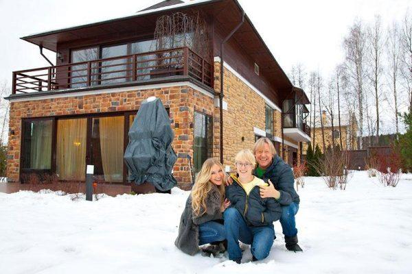 Харатьян с женой и сыном на фоне особняка