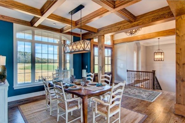 Интерьер комнаты с деревянными колоннами и балками