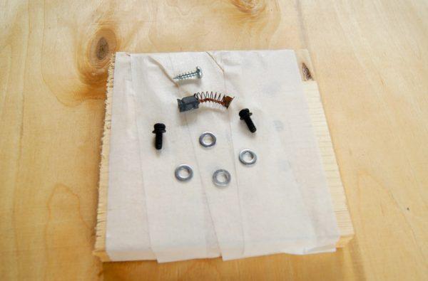 Использование малярной ленты для хранения мелких деталей
