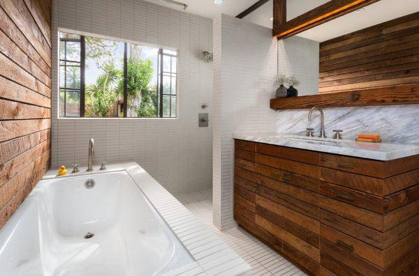 Использование натурального дерева при оформлении ванной комнаты