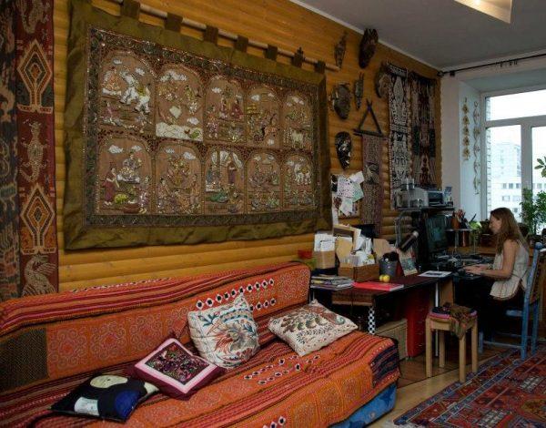 В квартире много тибетских ковров ручной работы