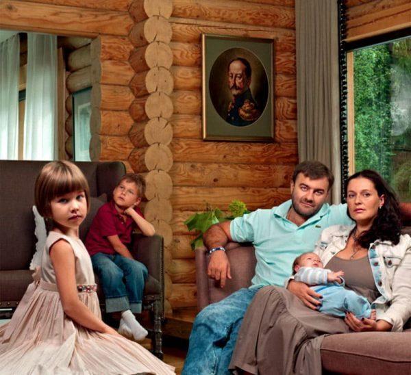 Михаил Пореченков с семьей в своем доме