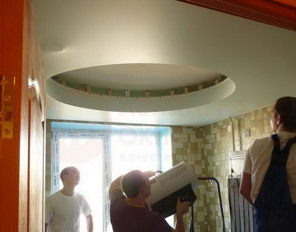 Многоуровневый потолок значительно скрадывает высоту помещения